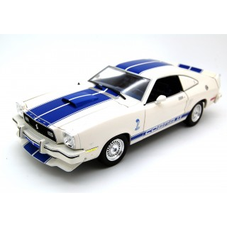 "Ford Mustang Cobra II 1976 ""Charlie'S Angels"" con figurino Farrah Fawcett 1:18"